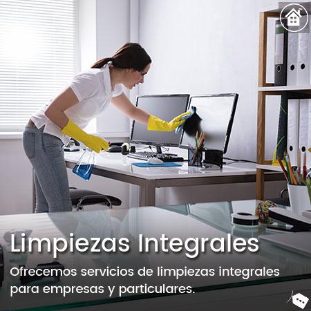 mujer limpiando una oficina