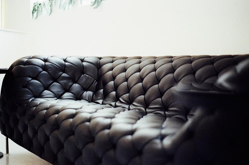 limpiar un sofá de cuero